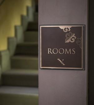 Segnaletica per hotel in cristallo e ottone brunito