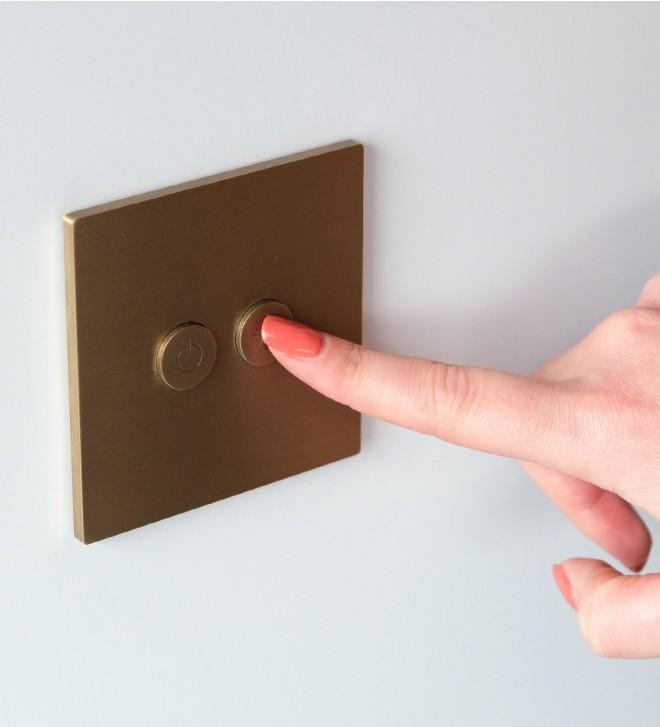 Placche elettriche in ottone con pulsanti rotondi