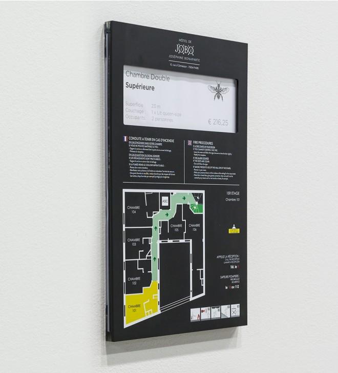 Targhe in plexiglass colorato, finitura Carbon.